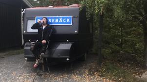 Sami bor i sin husvagn i Stockholms skärgård. Foto: Privat