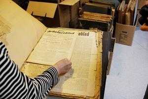 """De första utgåvorna av Arbetarbladet, 1902, har gulnat och blivit ömtåliga. Redan 1873 gjordes ett första försök att ge ut """"Arbetare-bladet""""."""