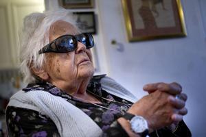 98-åriga Carin Julin är kritisk mot att Hudiksvalls kommun byter ut flera i den hemtjänstpersonal som hon har haft under flera år.