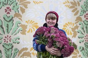 Helena Bratt är konstnären bakom den nya schablonmålade ladan vid östra infarten till Bollnäs, intill riksväg 50.