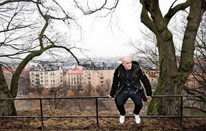 """I nya romanen """"Bara en kram"""" borrar Henrik Bromander vidare i manligheten."""