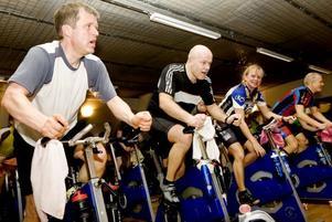 GLADA MOTIONÄRER. Det var många skämt och glada miner när ett 40-tal cyklister på Korpen i Gävle trampade Vasaloppet i går.