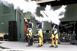 Karoliner skjuter salut vid invigningen.