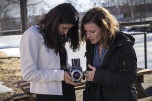 Naba Fayez, elev vid Voxnadalens gymnasium, och fotografen Emily Berl. Bilden är tagen under Emilys besök i Edsbyn.