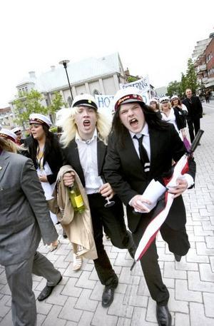 Nybakta och sommarrusiga studenter på marsch.