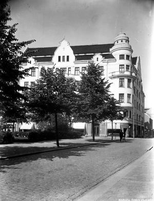 Järntorget. Margaretaskolan i Örebro startade 1912 och låg då vid Järntorget i huset vid hörnet av Klostergatan och Olaigatan. Bild: Örebro Stadsarkiv.