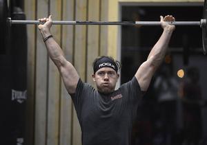 Tomas Höök visar upp sina muskler