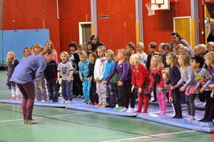 Stina Larsdotter visade barnen hur de skulle röra sig för att hjälpa till med de olika sångerna.