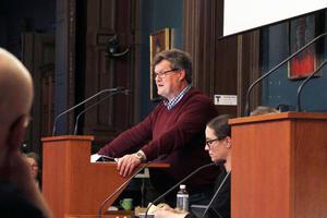 Lennart Gard (S), ordförande i arbetsmarknads- och socialnämnden, under måndagens kommunfullmäktige. Socialdemokraterna röstade nej till valfriheten.