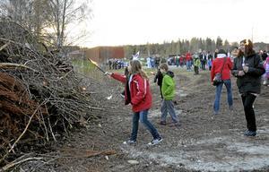 Tänder elden. Mimmi Karlsson slänger sin fackla i brasan. Hon gick i fackeltåget tillsammans med mormor Monica Jonsson Pilsand.