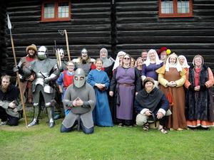 Medlemmar från Unga Örnar Gillet och Södra Dalarnas medeltidsförening.