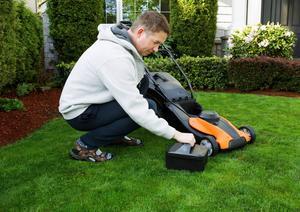 En av få nackdelar med en batteridriven gräsklippare är att batteriet behöver laddas efter mindre än en timme.    Foto: Shutterstock.com