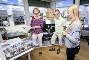 Eva och Antti Salonen bor just nu i en hyresrätt i city men funderar på att köpa nybyggt. Här ses de tillsammans med säljaren Tove  Karlsson på Riksbyggen.