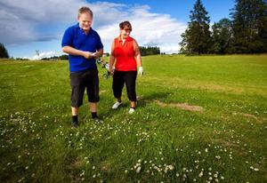 """Karin och Bertil Johansson kommer från      Oviken men har tagit färjan över till Norderön för att spela golf. """"Det är fint och gemytligt   här"""", säger Karin Johansson."""