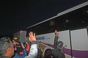Många var på plats för att vinka av bussen. 2/4 2017.