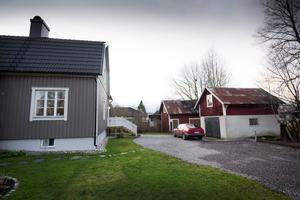 ... men på baksidan ser man de gamla uthus som hörde till alla små hus och gårdar förr i tiden.