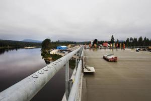 Peab lägger slitbetong på bron över Ljungan med hjälp av en robot.