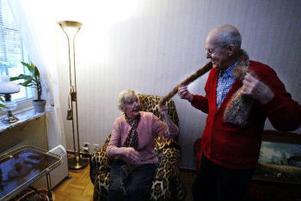 Gunvor och Tage Ohlsson har nyligen fått flytta tillbaka till sin lägenhet på Gillebergsgatan. Gunvor tycker mycket om att sitta och sticka. Tage är mer för att titta på trav, men provar gärna hustruns halsdukar.