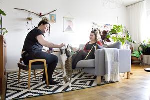 Vardagsrummet är uppdelat i en vardagsrumsdel och en arbetsdel där Ina och Maria har var sitt skrivbord. Maria syr gärna och Ina tycker om att måla.