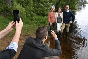 Inte bara politiker, som här från Miljöpartiet med miljöminister Karolina Skog, klimatminister Isabella Lövin och utbildningsminister Gustav Fridolin, framhåller sig själva i sociala medier med foto tagna med smartphone, helst så fördelaktigt som möjligt.
