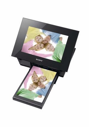 Ramen som skriverPå ytan ser Sony DPP-F800 ut som en vanlig fotoram. Du kan med andra ord använda den för att visa dina digitalbilder på den åtta tum stora färgskärmen.Under skärmen döljer sig däremot något mer ovanligt. Här finns en fotoskrivare som kan förvandla allt du visar till pappersbilder i vykortsformat.Prisintervall: 1 755-2 085 kronorLäs mer: www.sony.seBild 4.
