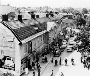 Stora torget före Sigma. Husraden på torgets södra fotograferad från Konsum (Igor) ett par år före rivningen 1962.