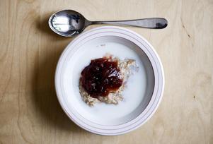 Fler kvinnor än män är som sugna på att byta ut frukostgröten mot brunch, enligt Arlas trendspaning. I undersökningen framgår det att en fjärdedel av kvinnorna är mycket positiva till nya vanor, jämfört med bara en tiondel av männen. Foto: Henrik Montgomery / TT