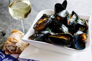 Martiniångade musslor med chili och persilja är en kul variant på de vanliga vitvinskokta.