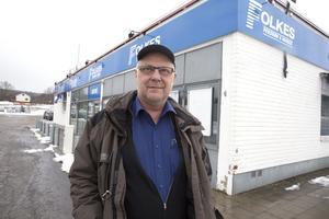 Ett bättre skyltläge än här vid riksvägen är svårt att tänka sig, säger Erik Engström som driver Folkes Persienn & Markis. Kommunens erbjudande om tomt på Lyviksberget tackar han nej till av ekonomiska skäl.