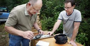 Göran och Ulf Petersson granskar de borrkärnor som är resultatet av första provborrningen. Resultatet var negativt.