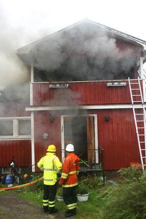 Elden spred sig snabbt upp på husets andra våning. Huset var troligen räddningslöst förlorat redan när brandkåren kom till platsen. Man fick inrikta sig på att slå ned elden.