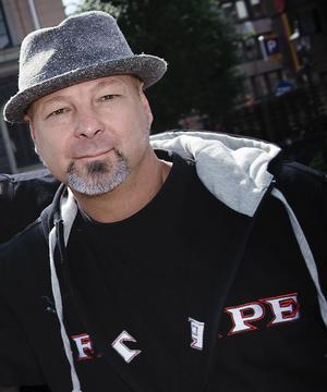 Eddie Åberg, festivalgeneral, lovar korta köer för de som vill fukta sin strupe under festivalen.