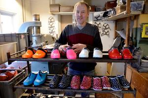 Janne Danielsson, tillverkar färgglada träskor i skostaden Kumla.