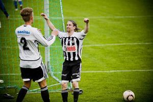 Per Åstrand och Simon Vilhelmsson jublar. Strand vann borta mot Färila.