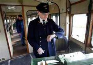 Rälsbussföraren Hans Wicklund håller koll på avgångstiden från Taxinge-Näsby.