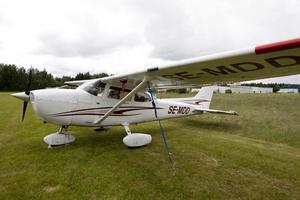 En  Cessna 172 har vingarn över där man sitter.