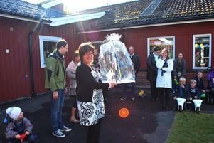 Förskolechef Pia Lundström Eriksson fick en tuppstake av kommunen och sken i kapp med solen.