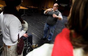 För första gången regisseras Östersundsrevyn av Lars Gustavsson. Han var med vid lördagens repetition och gav några tips till ensemblen.