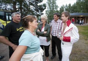 Stefan Nykvist passade på att ta en pratstund med några dansgäster.