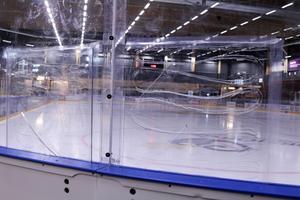 Sprickor i akrylplasten på hockeyrinken gör att Östersund arenas a-hall är avstängd tills vidare.