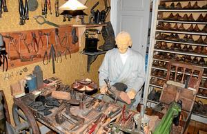 Vid sin läst. Skomakaren sitter längst in i museet i sitt eget rum. Här finns massor att upptäcka.