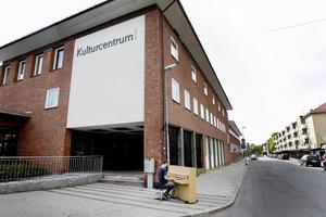 Utanför Kulturskolan får Christoffer Jansson känna hur det skulle vara att spela på ett gatupiano.