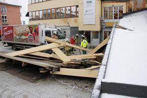 Det var en brödbil som fastnade under gångbron och sedan orsakade raset.