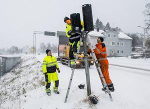 Elektriker Hampus Grelsson lagar ett av de saboterade trafikljusen i korsningen Parkgatan/Bergsgatan med hjälp av Hans Bergquist och Kenneth Holm.