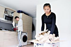 Agnes Pettersson får hjälp av föräldrarna och pojkvännen Anton Johansson (i bakgrunden) att komma till rätta i den nya lägenheten.