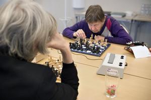 Koncentrationen är total. Anne-Marie Freig och Inga-Gerd Nilsson grunnar båda på sina nästa drag.