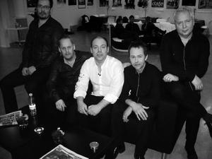 Jonas Näslund & Jive. Johan Sjödin, keyboard, Leif Wallin, trummor, Jonas Näslund, sång, Torbjörn Eriksson, sång och bas, Tommy Bengtsson, sång och gitarr.