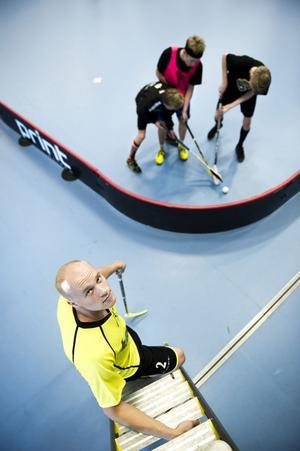 Eric Björk inleder snart klättringen mot SM-guldet. I jobbet som snickare är han van vid höga höjder och nu är han också tränare för framtidens stjärnor i Svenska Superligan.