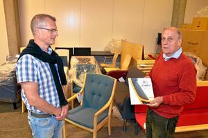 Möbelsamling. Lars Skoghäll från Lekebergs kommun och författaren Rolf Jansson med helt nya möbler som tillverkats i Klaessons möbelfabrik. Kommunen har fått möblerna i gåva.
