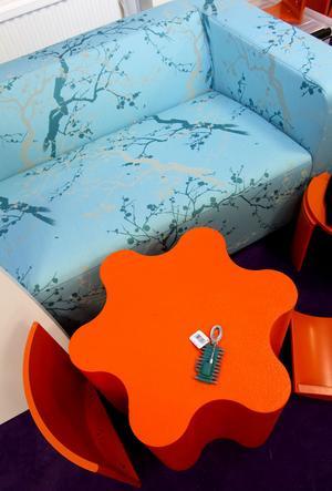 Busigt. Blomformat bord i knallorange på barnavdelningen.